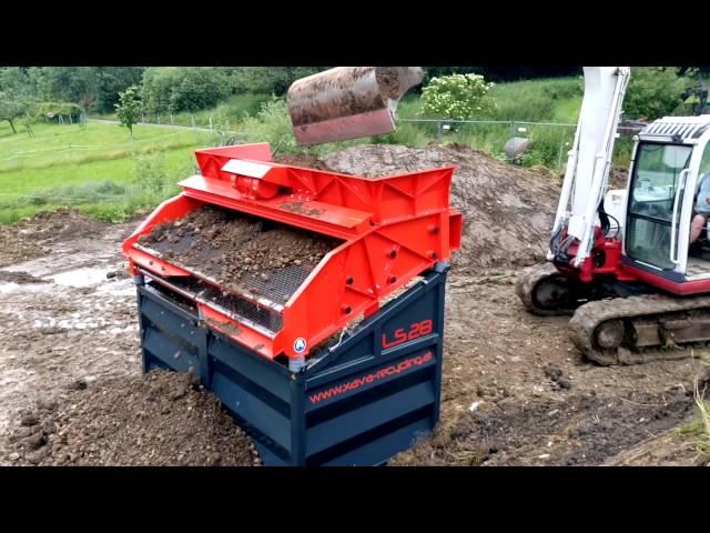 Feuchte Erde/Humus sieben mit dem Rüttelsieb LS28 von Xava Recycling