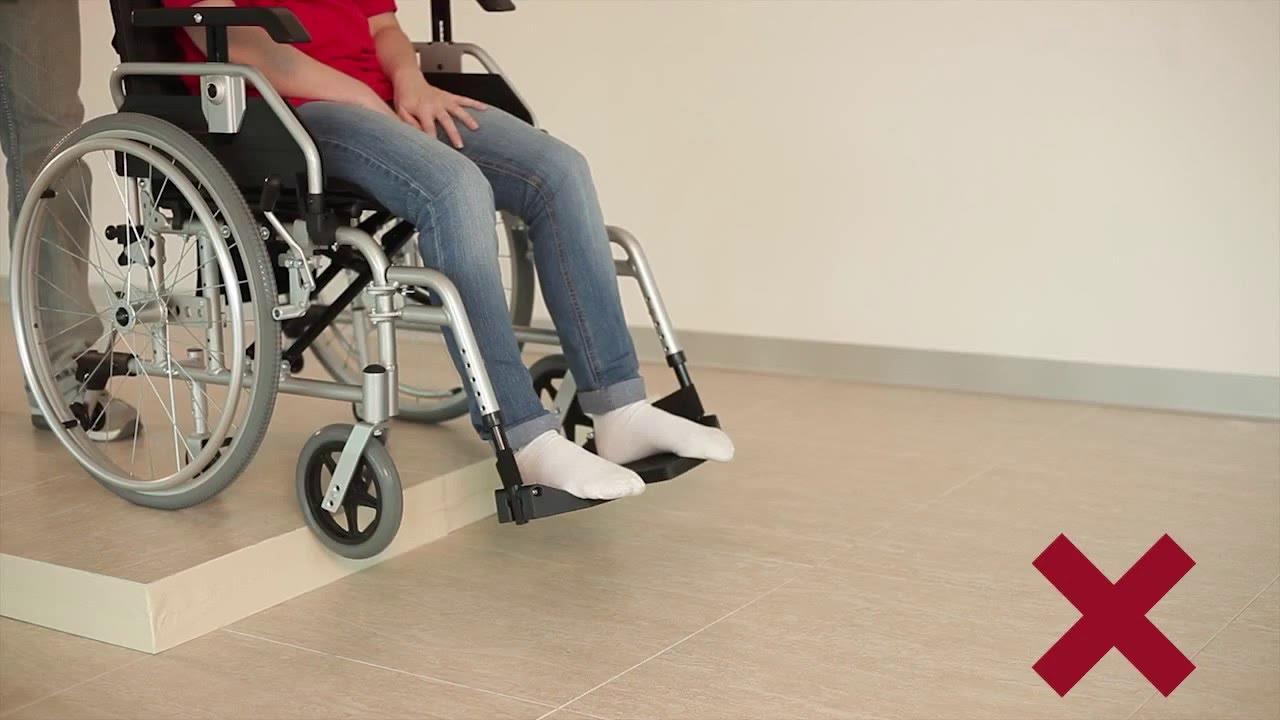 Como subir y bajar bordillos en silla de ruedas for Sillas para subir y bajar escaleras