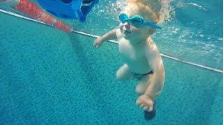 Полуторагодовалый пловец из Житомира удивляет посетителей бассейна