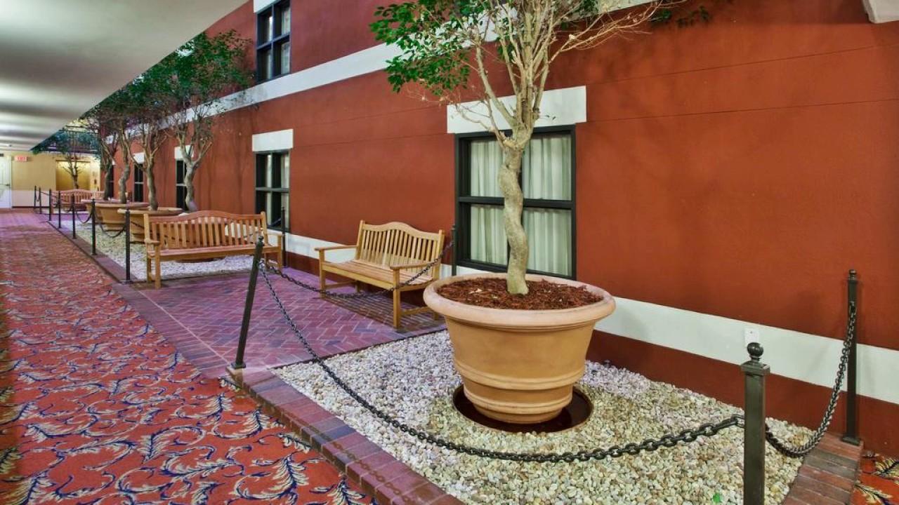 staybridge suites savannah historic district hotel in. Black Bedroom Furniture Sets. Home Design Ideas