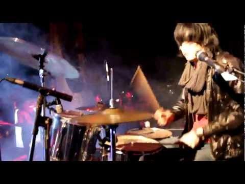Jeje plays 'Tak Tergoda'.