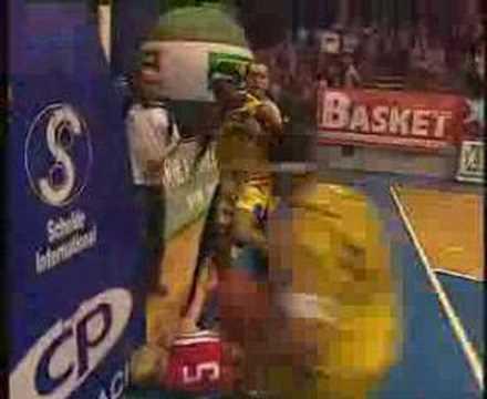 """Female Rodman"" Elaine Powell KO a Polish player"