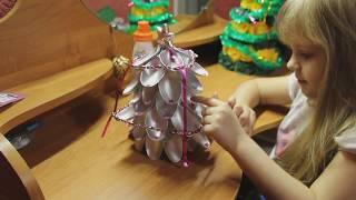 Новогодняя елка. Ёлка из ложек. Делаем елку из пластиковых ложек своими руками.