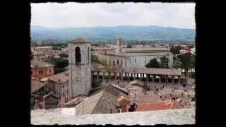 Gubbio è un comune in provincia di perugia.la città strettamente legata alla storia san francesco, particolar modo all'incontro con il lupo...