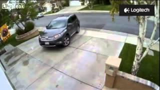 2013 04'14 Ridici se prý zasekl plynový pedál. Auta v garáži, kam auto dvakrát najelo, utrpela nemalé škody, stejne tak jako dum. Nejdrív se zasekl, pak nadelal paseku - Porad- Auta a dopravní prostredky,