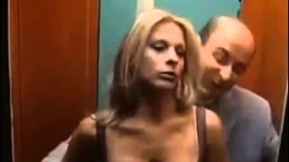 Encoxando mulher e usando a desculpa do elevador apertado