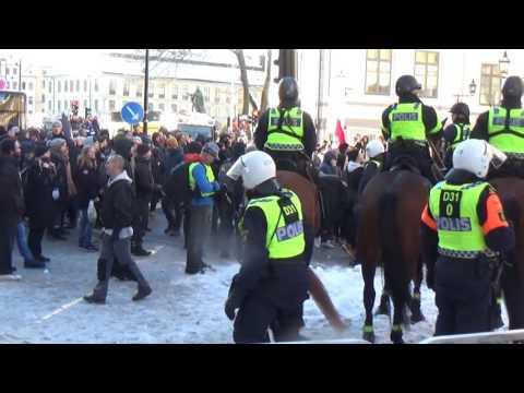 Här för polisen bort vänsterextremister under NMR-demonstration i Stockholm