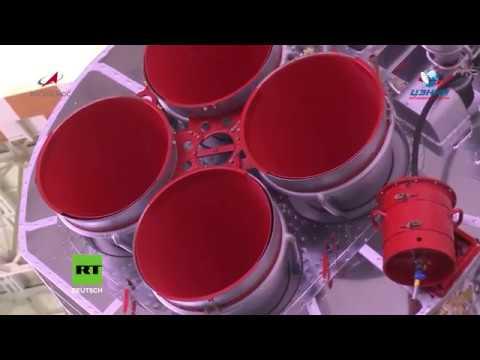 Kasachstan: Montage der Sojus-Booster vor dem Start der MS-11 zur ISS
