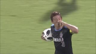 左サイドのクロスからゴール前に折り返されたボールを大井 健太郎(磐田...