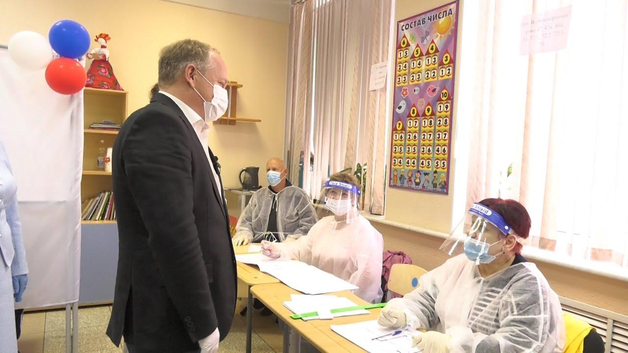 Глава Владивостока Олег Гуменюк побывал на избирательных участках
