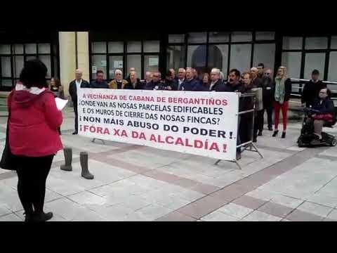 Concentracion dos vecinos de Cabana contra o alcalde