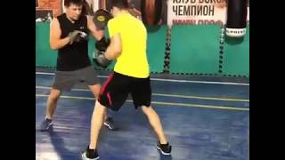 Бокс: вариант наработки моторики ударов в боксе на лапах.