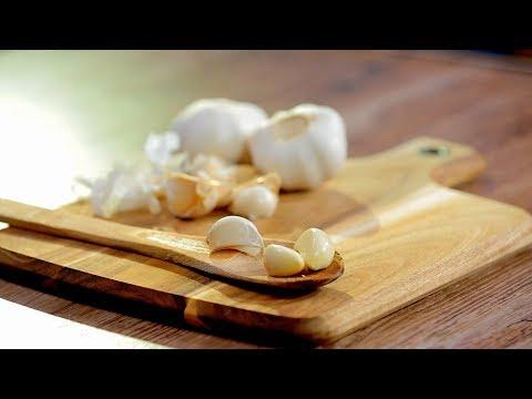 Cum să cureți usturoi în două feluri