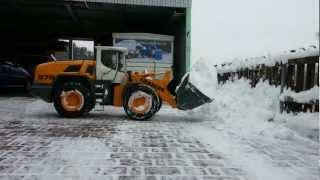 RC Radlader beim Schneeschieben Grossmodellbau