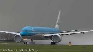 Молния попала в самолет на взлете