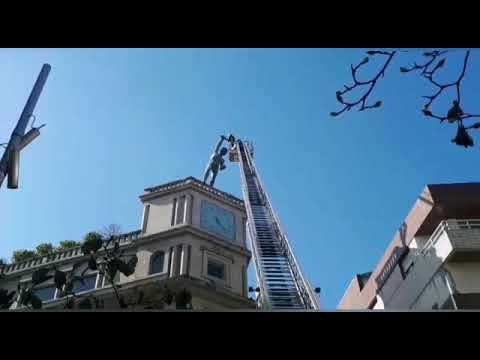 Los bomberos retiran el resto del arco