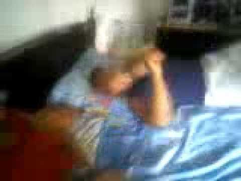 spettacolare caduta dal letto