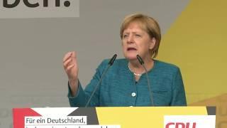 Bundeskanzlerin Angela Merkel ist am Donnerstag bei einem Wahlkampf...
