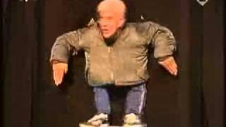grappige kleine man danst