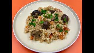 Блюдо из бурого риса с грибами в духовке