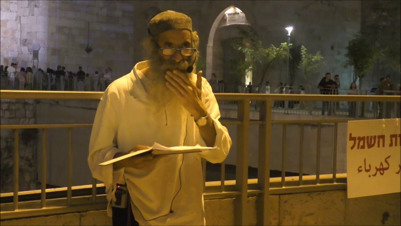 סיור סליחות דברי פתיחה על רקע חומות ירושלים עם רבי יעקב יוסף כהן