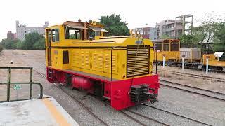 台湾糖業鉄道八翁線トロッコ列車 中興駅で機関車連結 Coupling the Taiwan Sugar Railways Narrow Gauge Train