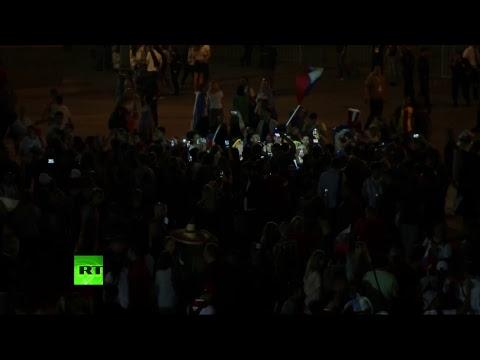 Болельщики на Манежной площади отмечают победу сборной России в матче с командой Египта