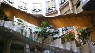 スペイン、バルセロナにあるアントニ・ガウディのアパート。 直線を持た...