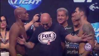 Beso retador entre dos luchadores