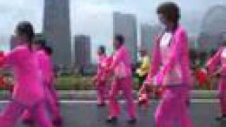 桃尻 チャイナ 小娘 いっぱい 行進中 小雨の中 チャイナ 服 の皆さんが ...