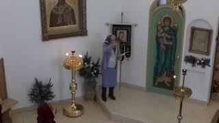 Бабуля дирижирует в церкви.