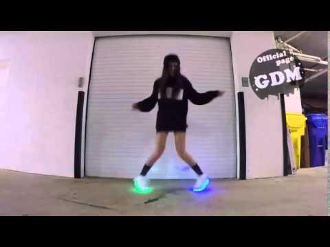 Девушка танцует в святящихся кроссовках