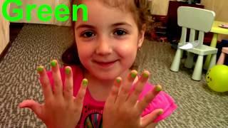 Маша хочет быть красивой красит ногти с косметикой для девочек