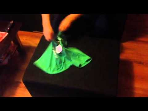 fb224ae16739 Ako poskladat tricko za 2 sekundy - YouTube