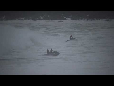 huge-waves-chase-tourists-at-waimea-bay-hawaii