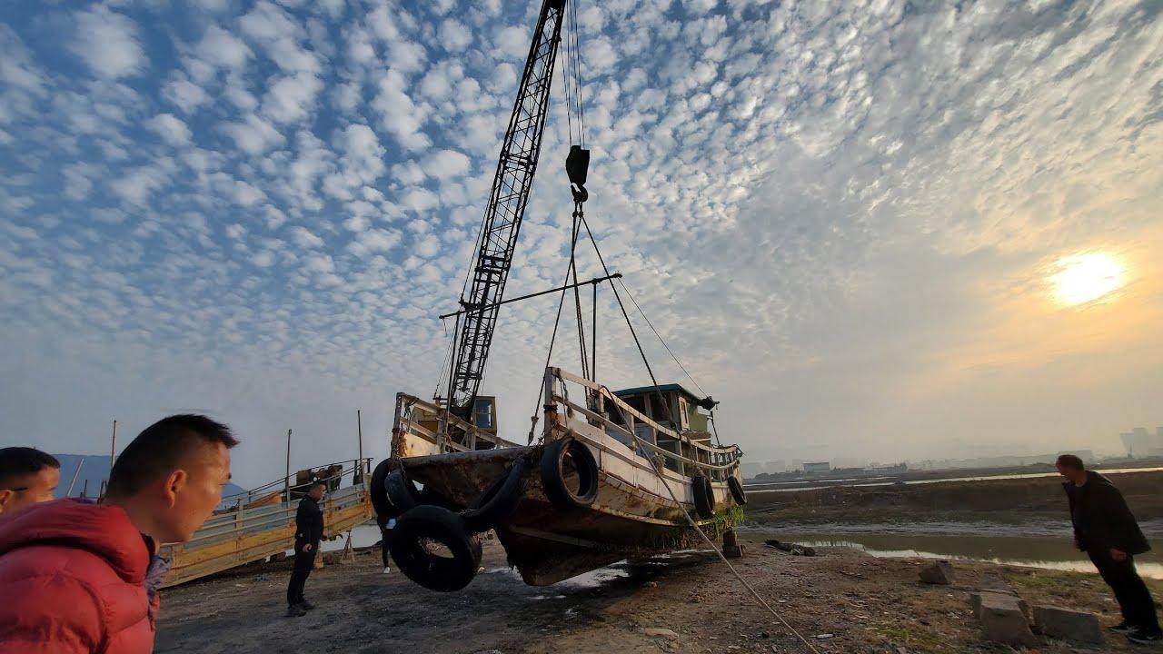 六万买的渔船,两年后发现船底下长满海鲜,用起重机吊起来一探究竟