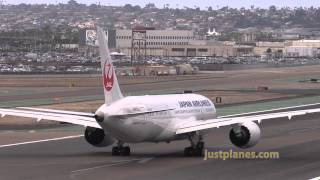 787 long takeoff at San Diego & nice wingflex