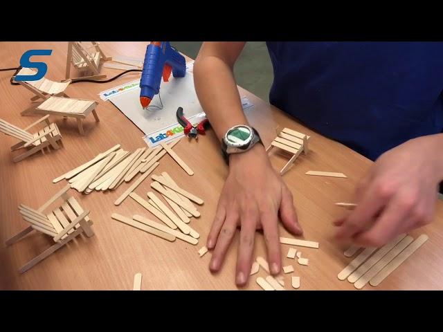 Sagitta - Hugo bygger en stol av glasspinnar