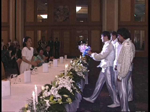 Внучка короля Таиланда Рама IX вручает цветы группе НА-НА