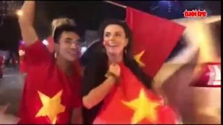 Người nước ngoài ăn mừng cùng người hâm mộ Việt Nam