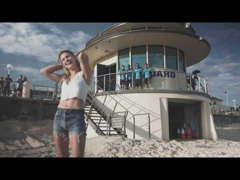Bouchard hangs with Lifeguards at Bondi Beach | Apia International Sydney 2017