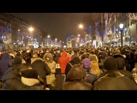 Un réveillon 2017 festif sur les Champs-Elysées à Paris