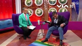 Un pastor evangélico pisa una bandera LGTB en televisión