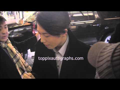 Takamasa Ishihara  Miyavi   SIGNING AUTOGRAPHS while ting 'Unbroken' in NYC