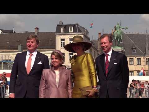 Koning Willem-Alexander en koningin Máxima wandelen door Luxemburg