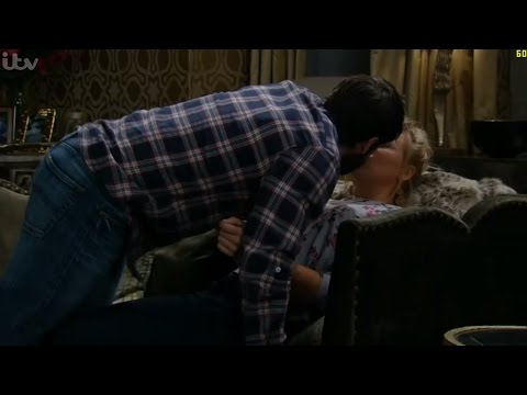 Emmerdale - Andy & Tracy Kiss