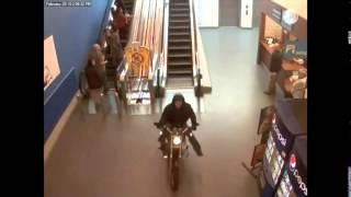Au Canada, un motard traverse un centre commercial pour échapper à la police