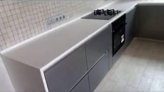 Кухня с тонкой столешницей из искусственного камня, без ручек.(Фасады - крашеный МДФ в цвете серыо-золотой металлик. Особенность кухни - столешница из искусственного..., 2016-09-26T11:19:51.000Z)