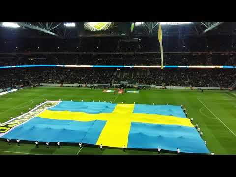 Elektrisk atmosfär när spelarna entrar Friends Arena i VM play-off Sverige-Italien 1-0 10. nov. 2017