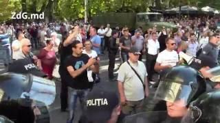 ZdG.md - Poliția a folosit gaze lacrimogene împotriva protestatarilor la intrare în PMAN